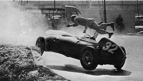 Emniyet kemeri kullanılmadan önce formula yarışlarında kaza anında arabadan savrulup uçan sürücü