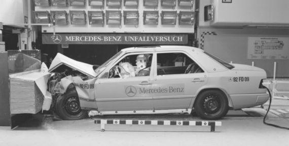 Mercedes-Benz kendi test laboratuvarında çarpışma testlerini yaparken