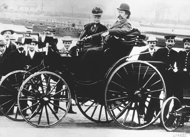 Karl Benz ilk 4 tekerlekli arabasında karısı Bertha Benz ile birlikte.