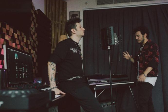 Müzikal Dokunuşlarıyla Fark Yaratan Adam: Pop Müziğin Dâhi Çocuğu Emrah Karaduman Yeni Şarkısıyla İlk Kez KizlarSoruyorda!