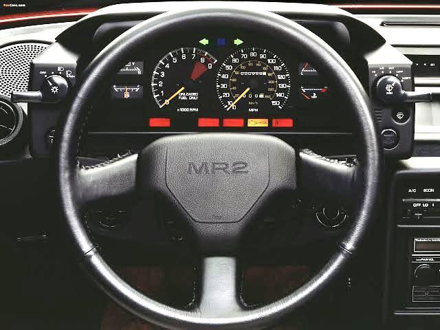 Sade ve fonksiyonel iç tasarımda direksiyonda MR2 yazıyordu