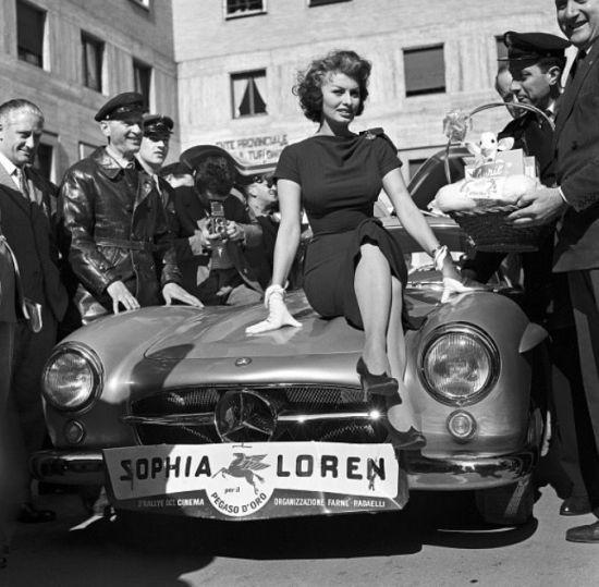 Sophia Lorene hediye edilan 300 SL martı kanatlı araba