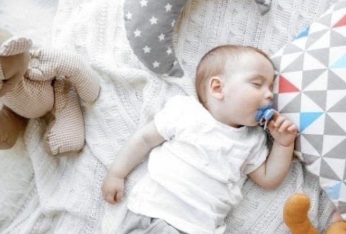 Bebeğimizi uyuturken oda sıcaklığına uygun giydirmeliyiz.