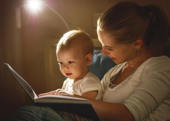 Bebeğimizin pijamalarını giydirdikten sonra birlikte kitap okuyarak mayışmasını sağlayabilir. Uykuya geçmesini kolaylaştırmak için iyi bir adımdır.