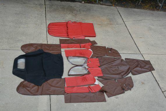 Velorex otomobilin vinil parçaları. Oturma yeri de rahatça sökülüp takılabilir vinil malzemedendi.