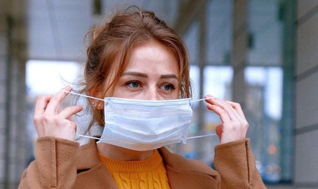 Covid-19dan Korunmaya Çalışırken Sivilcelere Yakalanmayın! Cerrahi Maske Takarken Cildimizi Nasıl Koruyabiliriz?
