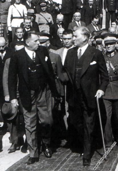 TBMM başkanı Kazım Özalp Atarürk'ü meclis kapısında yolcu ediyor
