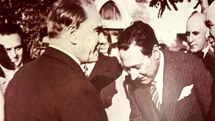 Reşit Galip bey Atatürk'ün elini öperken