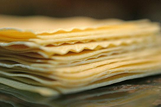 Lazanya makarnası, dikdörtgen ve düz ya da dalgalı şeritler halindedir.