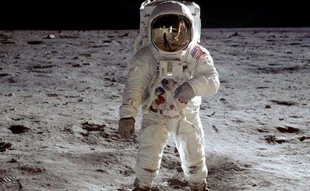 Aya ilk inen insan olarak tanıtılan Buzz Aldrinin bütün dünyaya servis edilen fotoğrafı