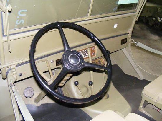 Ford GPWde el freni vites kolunun yanında dikey olarak yerleştirilmişti.