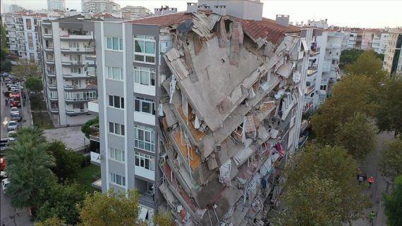 İzmir depreminde yıkılan binalardan biri
