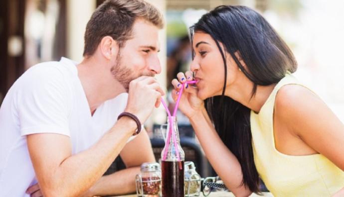 Bir Erkeğin Sizi Sevip Sevmediğini Anlamanın 4 Basit Yolu
