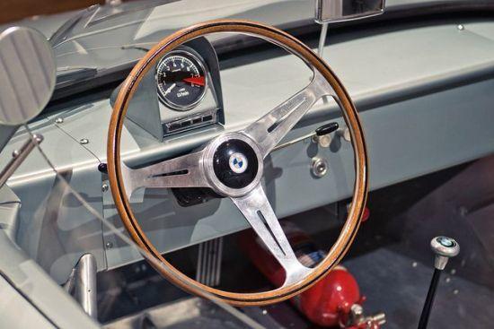 Rallilerde kullanılan BMW 700 iç kokpit tasarımı piyasaya satılanlardan farklıydı