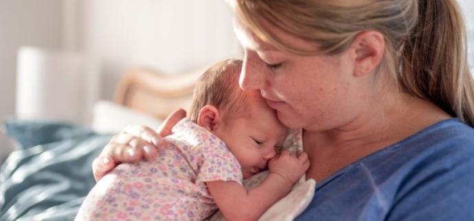 Anne ve bebek tensel temasla birbirlerine alışır.