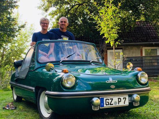 Halen BAG Spatz otomobiline binen mutlu bir çift