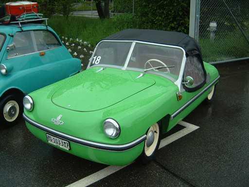 Soft top tentesi sayesinde yağmurdan korunan otomobilde sadece şöför tarafında cam sileceği vardı