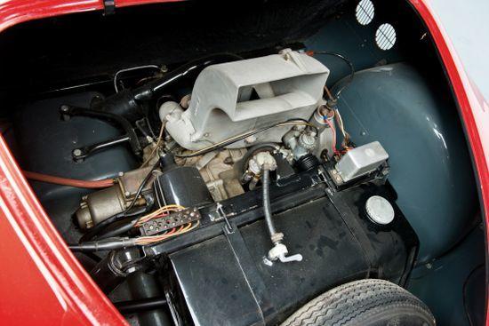 10,2 beygir gücündeki 2 zamanlı motor, yakıt tankı ve stepne bir aradaydı.