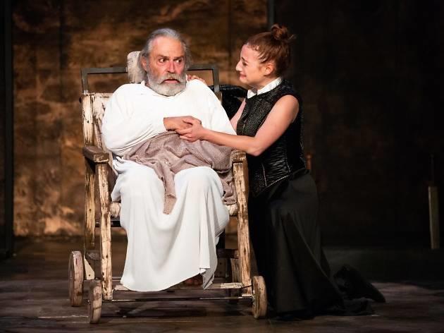 Haluk Bilginerin baş rolde olduğu Kral Lear tiyatro oyunundan bir kare