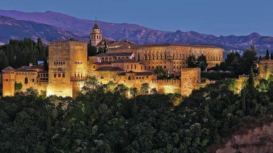 İspanyadaki El hambra sarayı mimari bir harikadır ama yapısı Arap kültürüne hiç benzemez.