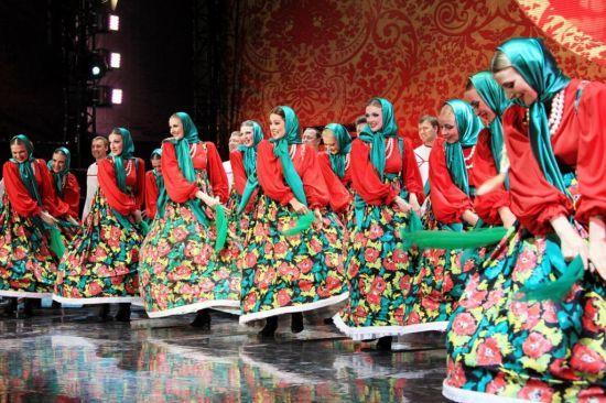 Baş örtücü ve bol kadın kıyafetleri bütün doğu avrupaya Rus kültüründen yayılmıştır.
