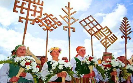 Letonyadaki paganların elindeki şekillere bakın. Kilim desenlerimize ne kadar çok benziyor