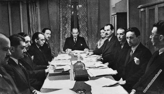 Atatürk Türk dil kurumu toplantılarından birinde