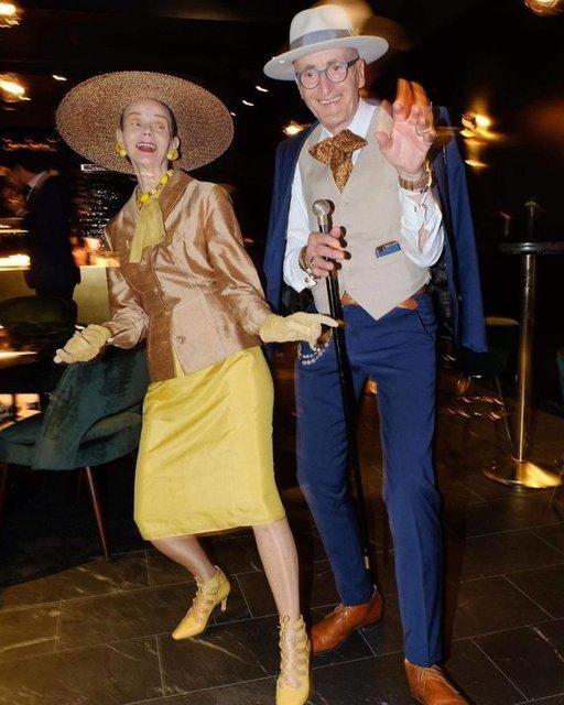 Onlar Dünyanın En Havalı Çifti: Giyimleriyle Şapka Çıkartan ve İnsanın İçini Açan Yaş Almayan Çift Fenomen Olma Yolunda