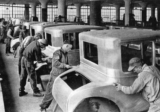 ABD dışındaki Ford fabrikalarından birinde arabaların kaportası üretim halinde