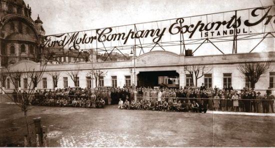 1929da Ford İstanbul kabrikasının açılışından sonra çalışanların çekildiği hatıra fotoğrafı