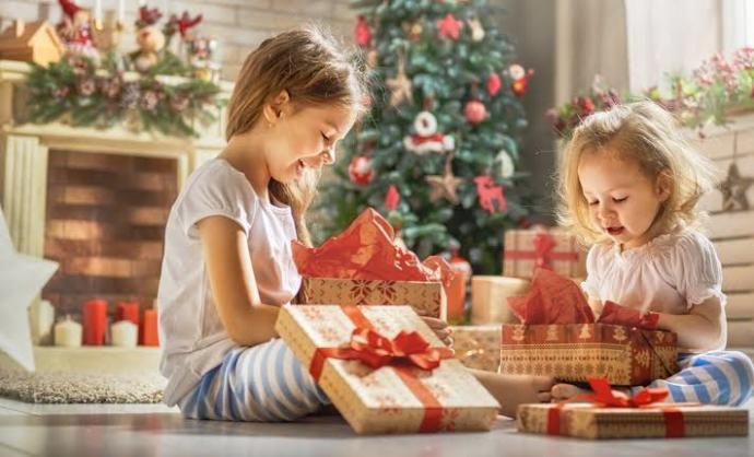 Sağdaki kız hediyesini beğenmemiş.. 🥺