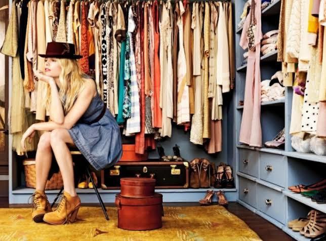 Ablamız kargo bekliyor, sanırım yeni kıyafetler sipariş etmiş. 😃