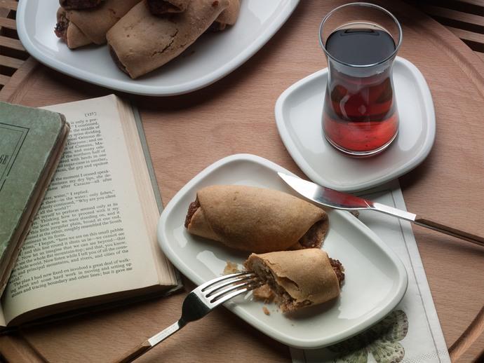 Çaylar hazırsa, lezzeti içindeki tereyağı ve elma ile katlanan Tereyağlı Elmalı Kurabiye'ye bakmadan geçme!