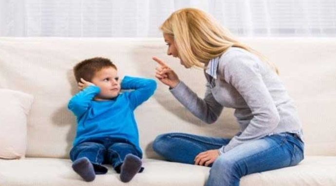 Çocuk yanlış yaptığı zaman, onu böyle azarlayarak değilse de; yanlış yaptığını fark ettirmeliyiz..