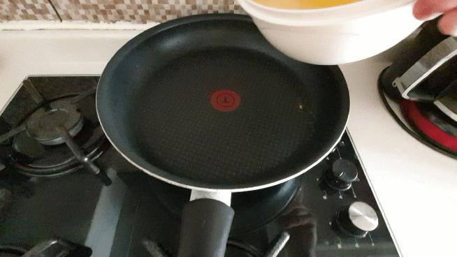Yumurtayı tavaya dökün.
