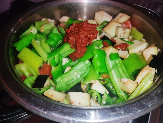 Sebzeleri tencereye alıp salçasını ve suyunu da ekleyip kaynamaya bırakıyoruz.