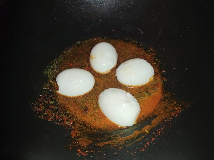 Yumurtaların iç yüzü tavaya gelecek şekilde diziyoruz.