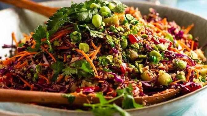 Öğle Yemeklerinizin Vazgeçilmezi Olacak Kinoalı Yaz Salatası Tarifi