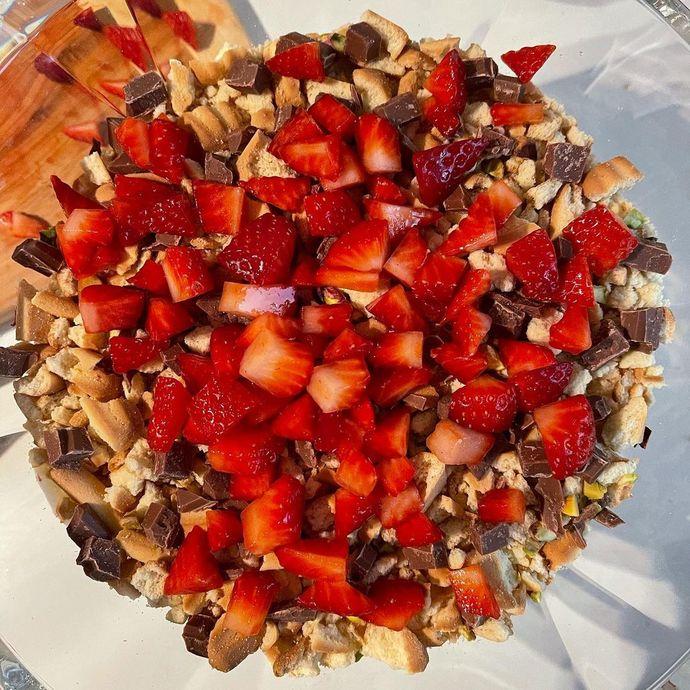 Sıcak Havalara Hafif Tatlı İsteyenler İçin Çikolatalı Çilekli Muhallebi