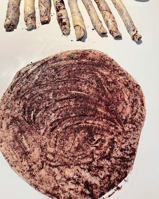 Zeytini Büyüteçle Bile Görmekte Zorlandığımız Pastane Poğaçalarına Meydan Okuyan Zeytinli Açma Tarifi
