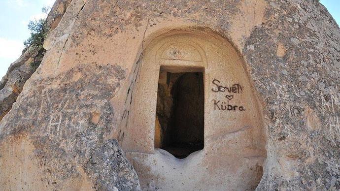 UNESCO Dünya Mirası Peri Bacalarında Sprey Boyalı Rezalet! İnsanlığımızın Hali Ne Olacak Böyle?