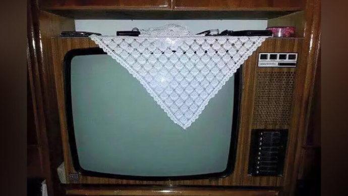 Tüplü, üstü dantel örtülü eski tip televizyon