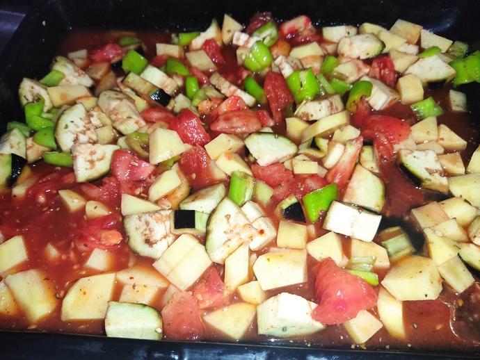 Sarımsağı da ekleyip son olarak sosunu üzerinde gezdirip sebzeleri birbirine karıştıralım ve fırına atalım.