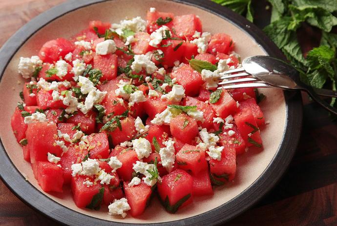 Yaz Aylarının Kurtarıcısı Karpuz Salatası Tarifim!