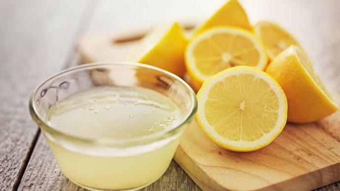 İlk olarak sıktığımız limon suyunu süzüp içme kabına, kavanoza koyduğumuz maydanoz limon suyumuza ekliyoruz.