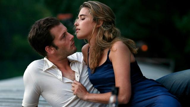 Karizmatik Fransız aktör,birlikte poz verdiği kadınlardan hangisini tavlamıştır?Hangi fotoğrafta karşılıklı arzu gördünüz?