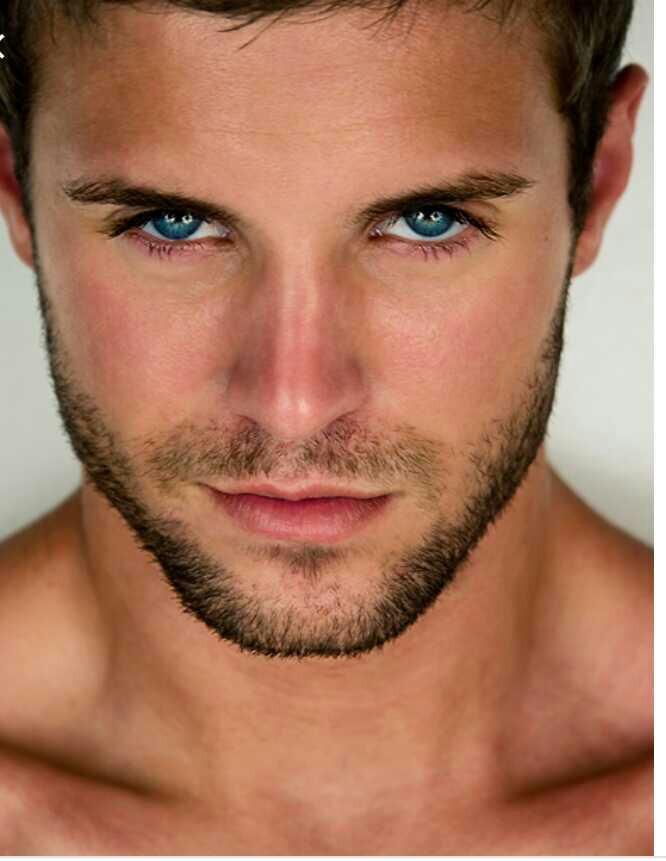 Sarışın renkli gözlü kızlar mı yoksa erkekler mi daha havalı ve çekici olur?