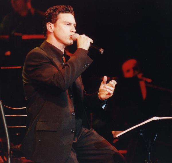 Arkadaşım Tarkan'ın 1966'lı saygın Yunan müzisyen Mario Frangoulis'ten çekici olduğunu söylüyor, ben tersini düşünüyorum. Sizce?