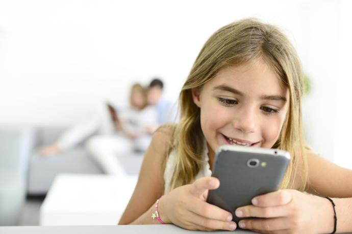Sırf ağlamasın diye çocuğunun eline telefon veren ebeveynler, sizce ne kadar doğru bir davranış sergiliyor?