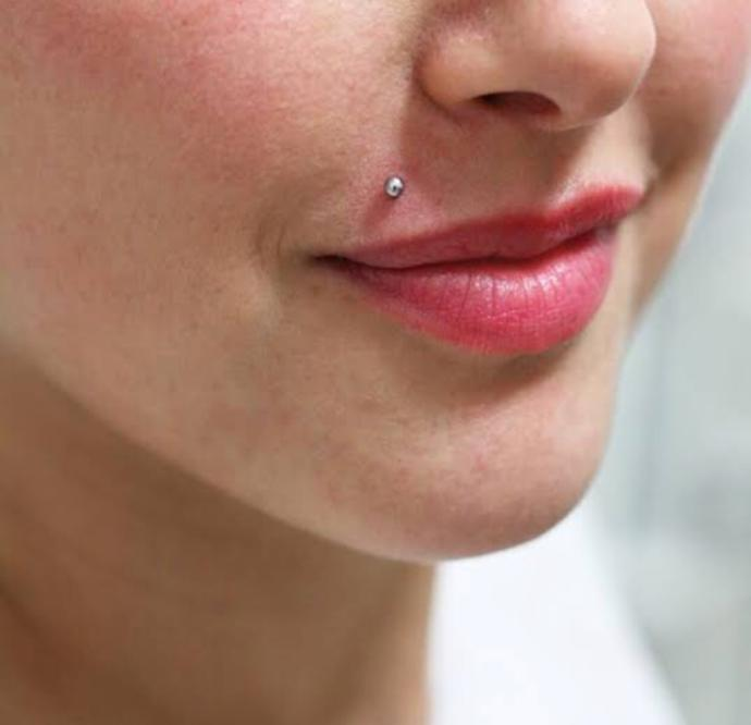 Üst dudağına piercing yaptıran?